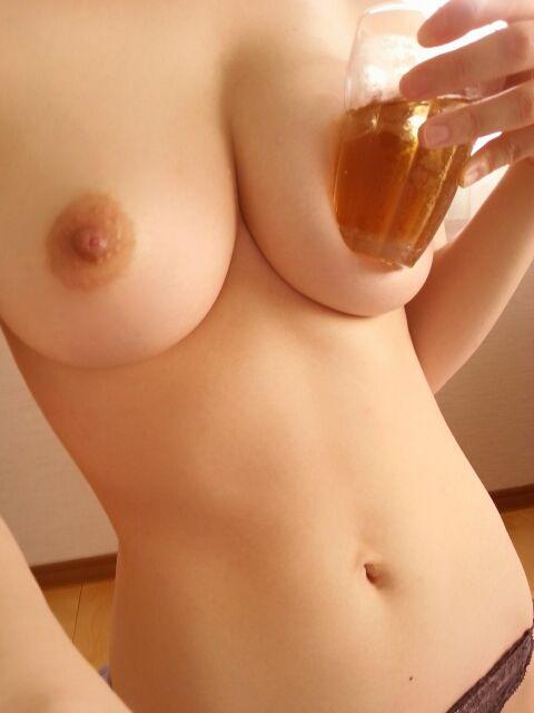 理想的な美巨乳くびれ娘が全裸で乳首オナニー動画うp