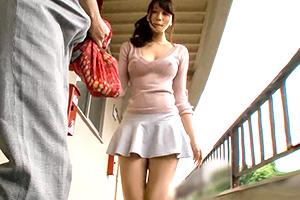 漂亮的少妻被色鄰居搞上了 早起鄰居人妻不穿奶罩倒垃圾真欠幹